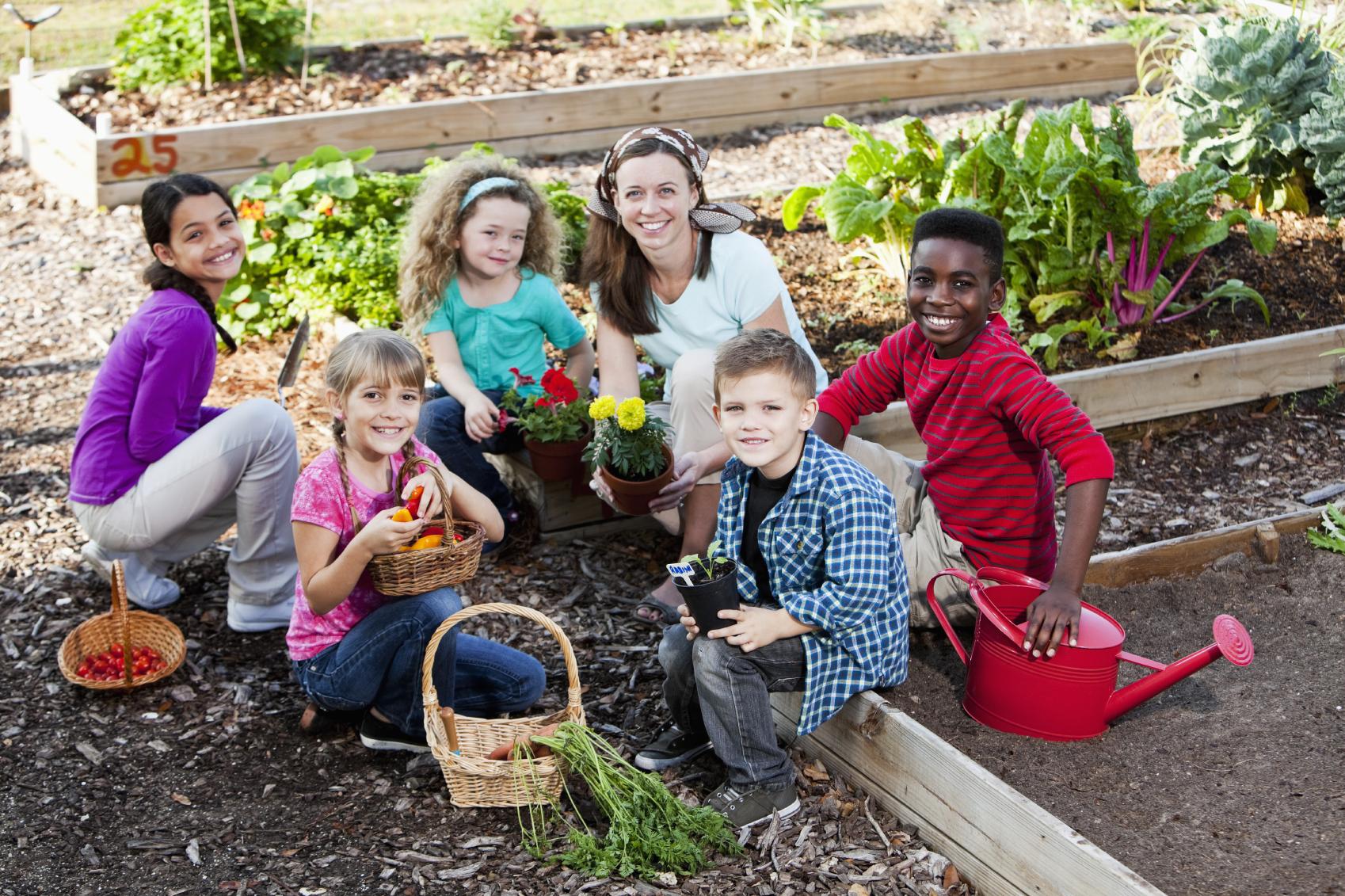 L'orto va bene da 0 a 101 anni ed è democratico perché va bene per tutti: poveri, ricchi, bianchi, neri, gialli.