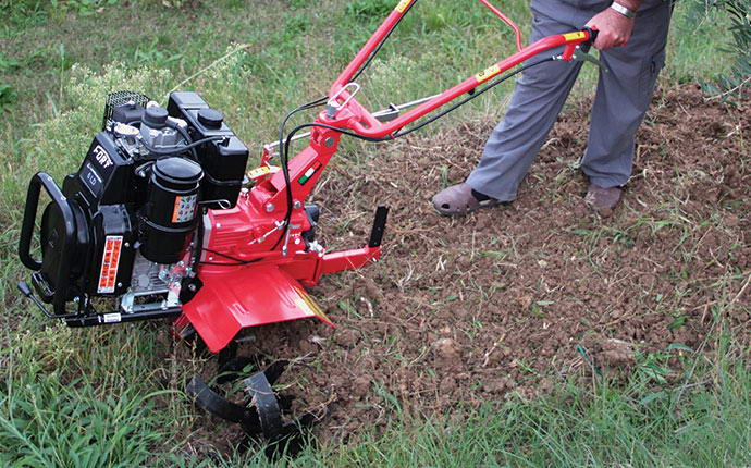 Vangatura manuale del terreno con l'impiego di motozappa